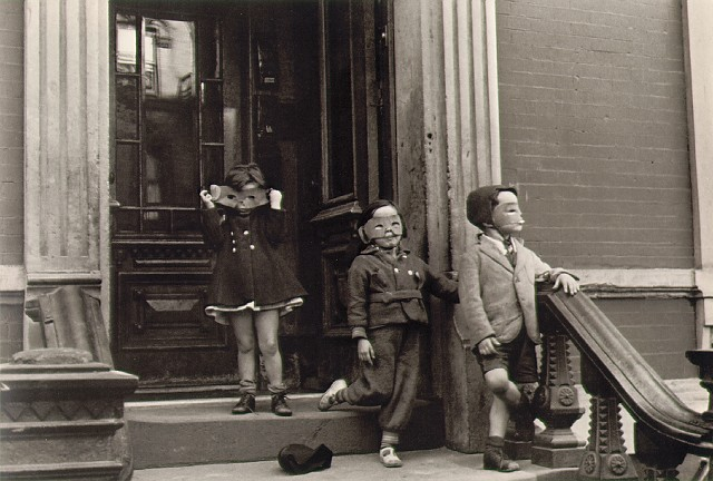 Helen-Levitt_Kids-with-masks-1939