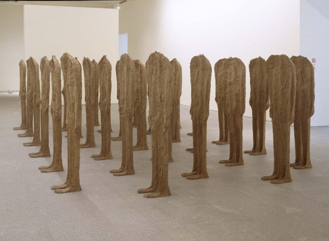 Magdalena Abakanowicz- Thirty Backwards Standing Figures (Treinta figuras erguidas de espaldas) 1993-94
