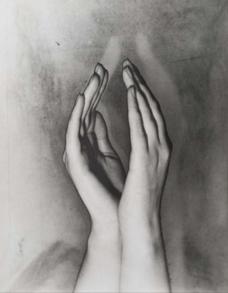 Erwin Blumenfeld - Solarised hands, Amsterdam, ca. 1933